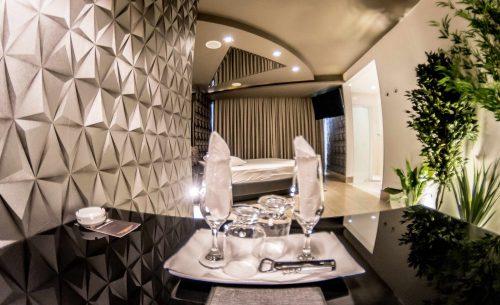 Conheça a suíte Piscina & Sauna e garanta a sua reserva já no Caribe Motel!
