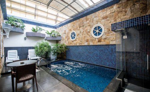 Conheça a suíte Piscina, Hidro & Sauna e garanta a sua reserva já no Caribe Motel!
